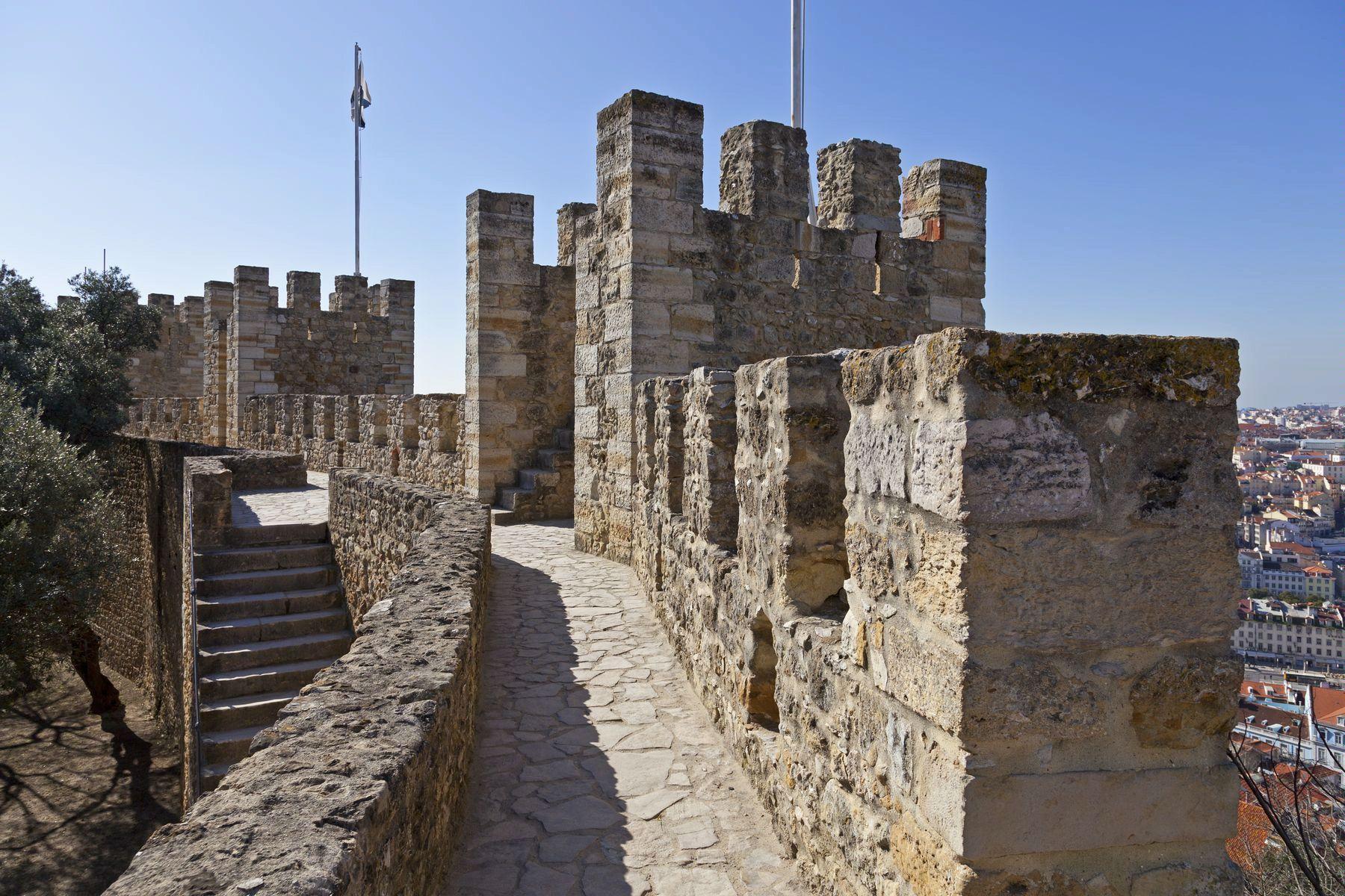 Лиссабон. Замок Святого Георгия. Оборонительные стены и башни