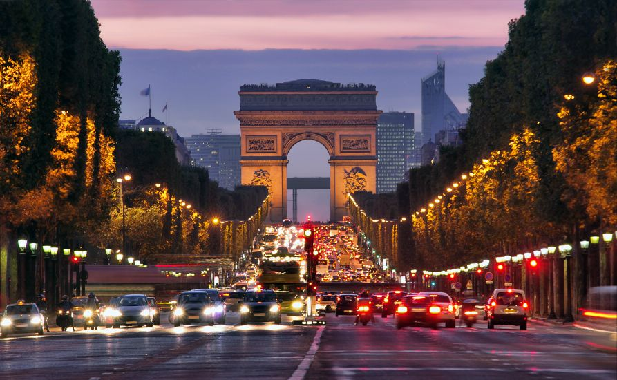 Париж. Триумфальная арка в сумерках