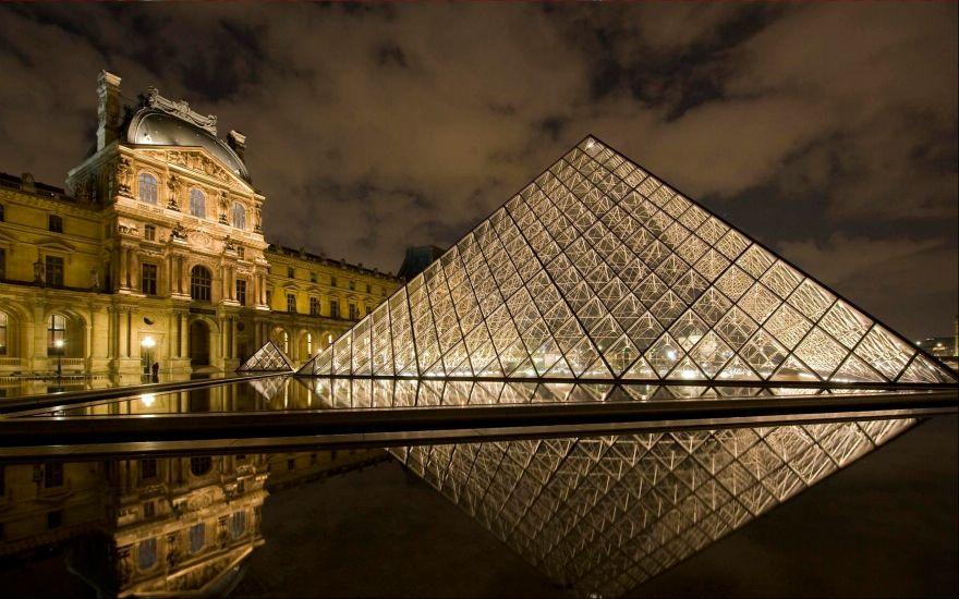 Париж. Лувр ночью