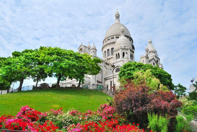 Париж. Округ 18. Монмартр, базилика Сакре-Кер в зелени. Округ 18 – Сякре-Кер, Монмартр