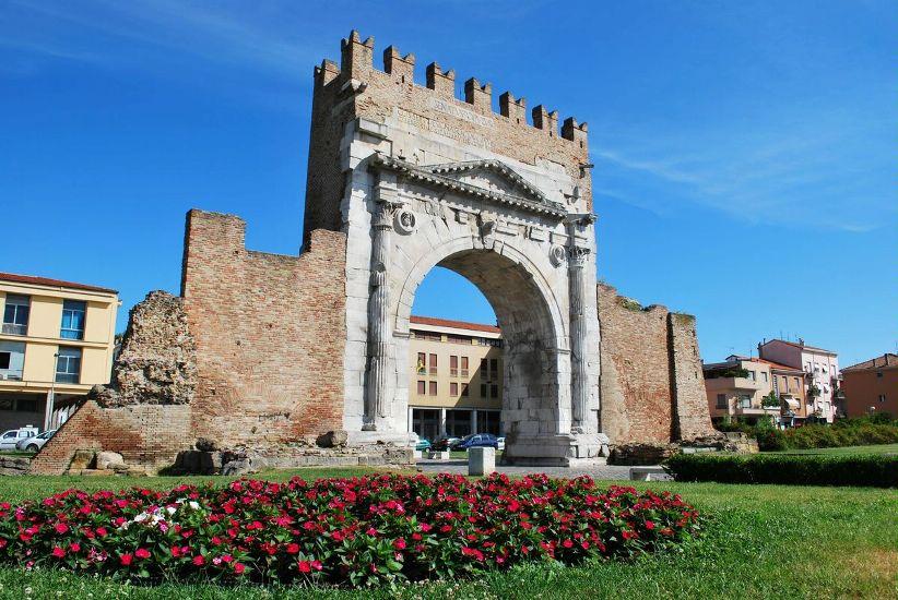 Римини. Арка Августа с цветами